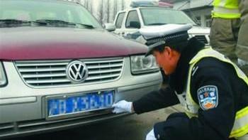 沪一克隆车藏数百假钞 司机被查弃车逃