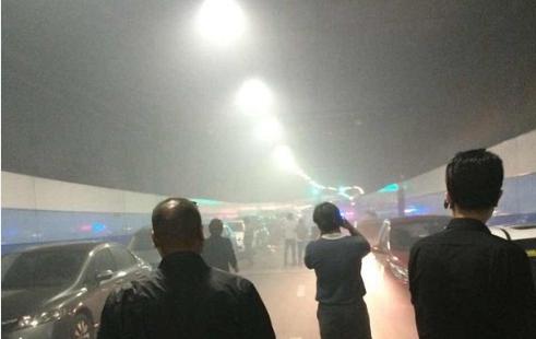 外滩隧道轿车自燃 被困车辆让路救援获赞