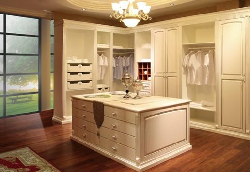 衣柜,里面摆满心爱的衣裙,是每个女人梦寐以求的幸福。实木衣柜十大品牌丰成帝纳每款衣柜的用材精选来自北美,非洲进口的红樱桃,橡木,黄花梨,水曲柳等名贵木材,衣柜柜体,柜门,挂衣架等各个部件均用全实木打造,坚实耐用,品质上乘。而衣柜的细节则由木作专家精雕细琢,纯手工专业制作,还原天然原木生活。原木的天然与灵巧的艺术巧妙结合,精湛细致之中透露着高雅端庄的气息,给每个爱美女性一个奢华而梦幻的世界。   二、独一无二无法复制的尊贵个性   尊贵不贵,贵在品味,贵在独特,贵在无法复刻。实木衣柜十大品牌丰成帝纳的每一个