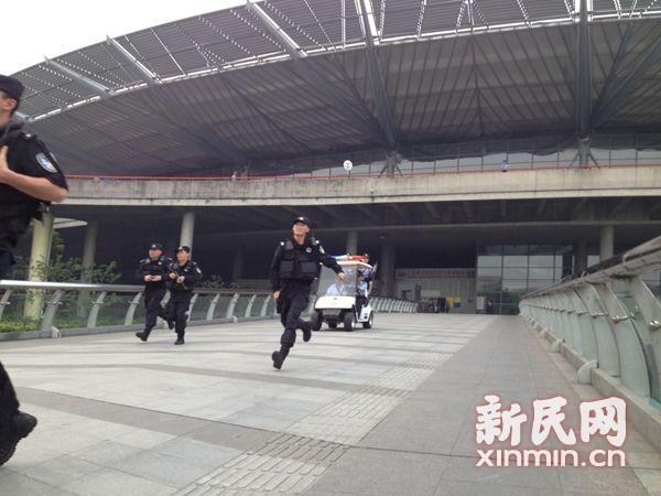 直击上海最强安保:军警进地铁 饮料进火车站要喝一口