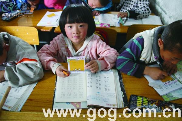 孩子们填写心愿卡-师大学生推出 微心愿 爱心活动 娃娃写心愿,我们帮图片
