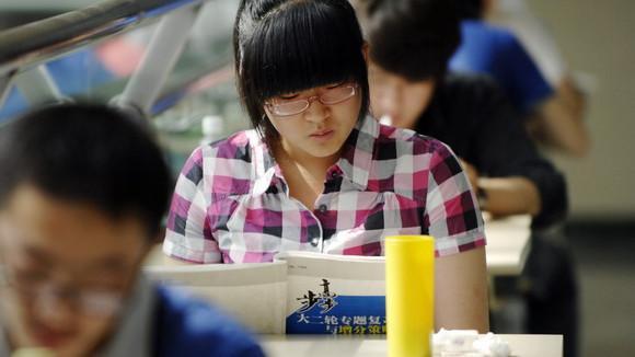 申城高中提前录取面试 考生家长忙于赶场