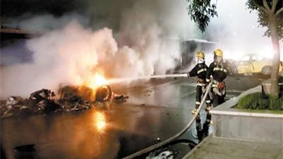 重庆一法拉利撞出租车后起火致1死3伤