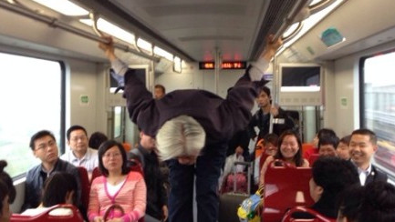 """老翁16号线车厢练""""双杠"""" 地铁方:太危险"""