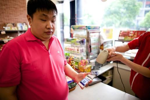 图注:视障小伙顾伶磊在用支付宝钱包购物