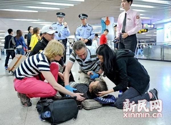 女子早高峰地铁站晕倒 中外乘客齐救助