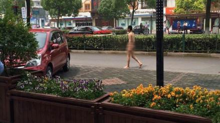奉浦一男子马路上裸走 警方表示属违法