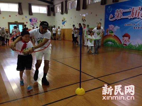 主持人明星当志愿者 与特殊孩子运动度六一