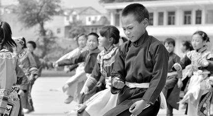 彝族回族苗族自治县板底乡中心小学,700余名学生中,有95%是彝族孩子.