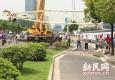 大华锦绣华城在建工地塔吊倾倒 围墙被砸塌