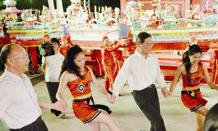 國臺辦主任張志軍逛廟會品美食話家常 跳高山族舞蹈圖片