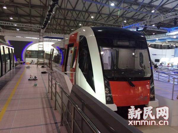 中国首列无人驾驶地铁列车申城亮相