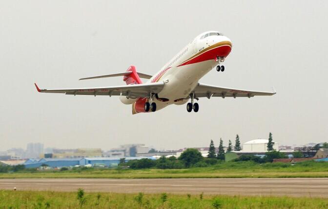 首架将交付使用的ARJ飞机下线进行首次试飞