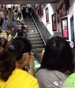 婴儿车被卡地铁自动扶梯10人受伤 这些危险易被忽略