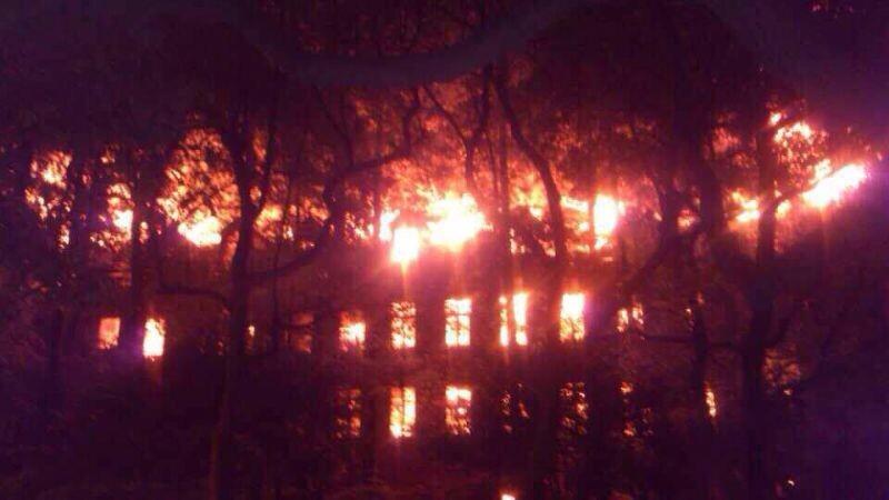 上海大学两校区凌晨起火 延长校区整幢大楼燃烧