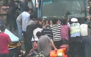 女子车祸被压市民抬卡车救人 仍不幸离世