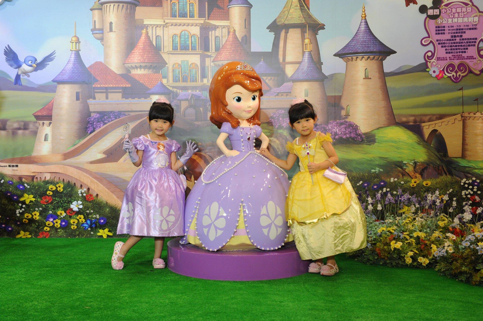超萌双胞胎左左右右巧扮小公主苏菲亚