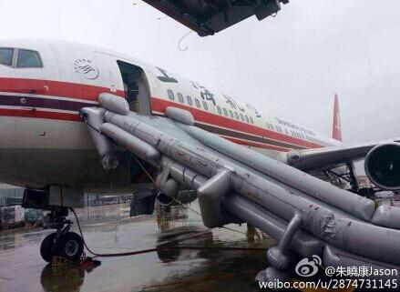 上航一客机虹桥机场误放应急滑梯 系乘务员操作失误