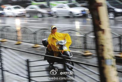沪迎入梅首场暴雨 嘉定一下立交积水40厘米