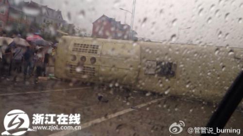 浙一载27人大巴侧翻 疑多名小学生受伤