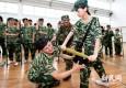 大学生军训新增防身术 武警教女生与抢包贼格斗