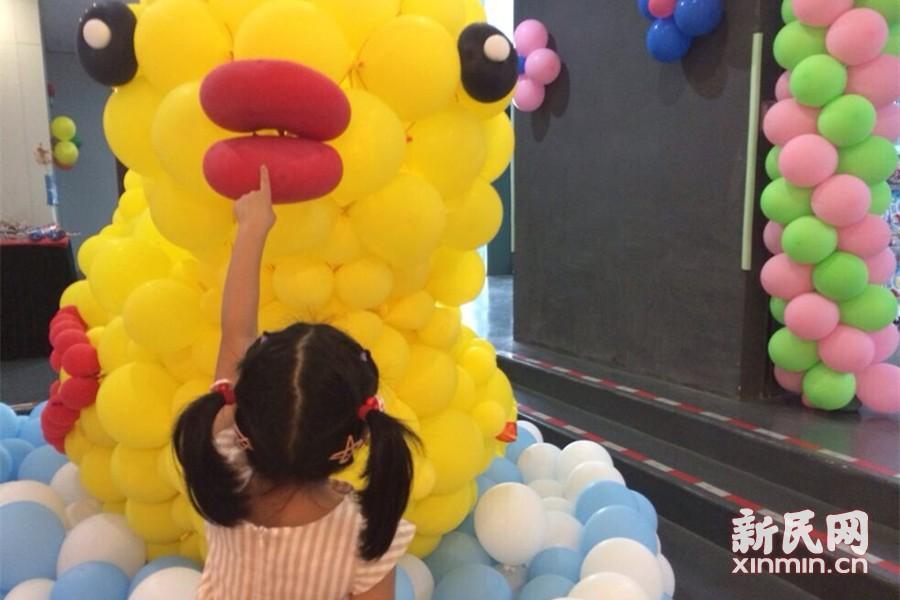 """沪气球嘉年华上演 """"洋泡泡""""版大黄鸭萌萌哒"""
