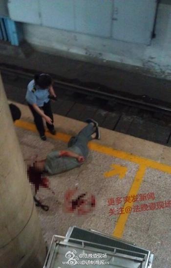 北京地铁男子将头探出遭列车撞击出血