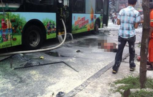杭州西湖边一公交车爆燃 多人被送往医院