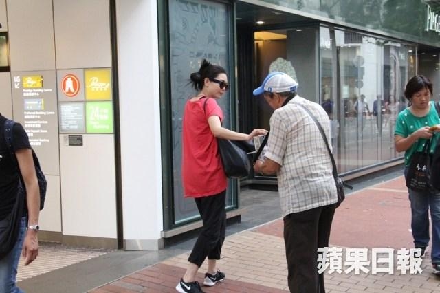 邱淑贞现身香港街头 遇募捐者慷慨解囊图片