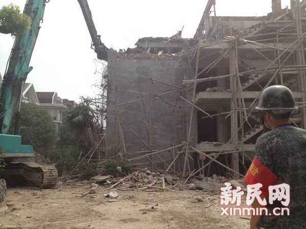 上海松江7栋违法建筑被强拆 200平别墅扩建10倍变群租房