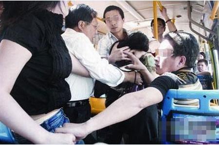 男子公交车上精神病发作:咬掉公交司机双耳