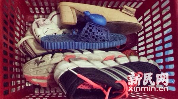 人上车鞋没了!上海地铁人广站乘客日丢三只鞋