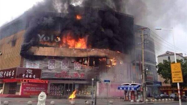 金山卫零路金零路口一商场起火 3人被救出