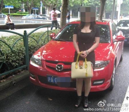 女司机无证驾驶闯禁行 为阻交警拖车将孩子放车头