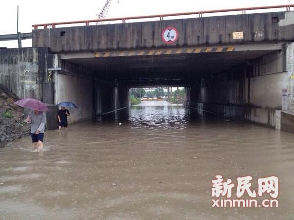 申城出梅后遭遇持续强降雨 嘉定一立交积水封闭