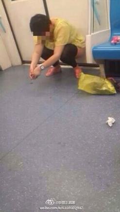 上海地铁9号线列车世纪大道站一女乘客脱裤小便 图