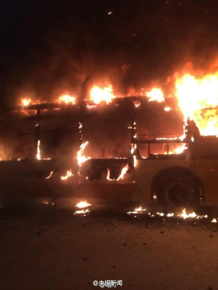 广州一公交车爆炸起火 现场发现2具烧焦尸体