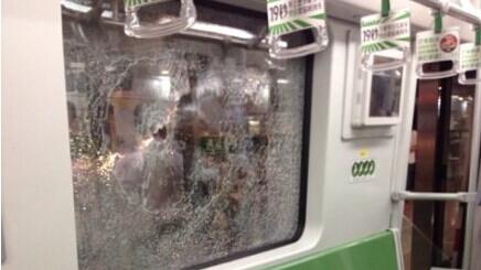 网传上海1号线疑发生踩踏  地铁:醉汉抽裂车窗玻璃