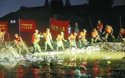 常德/武警湖南总队常德支队官兵连续作战近24小时,成功控制住险情。...