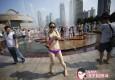 骄阳下市民穿比基尼人民广场喷水池戏水