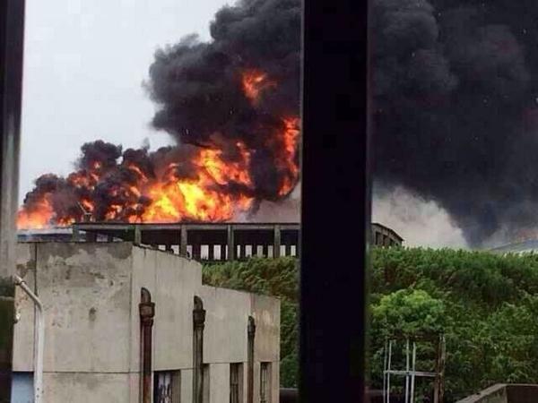 上海石化一5500吨污水罐燃烧 消防晕倒送医