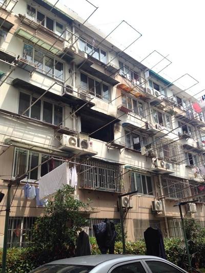 杨浦鞍山四村一男子点火烧自家 曾和妻子与警方对峙
