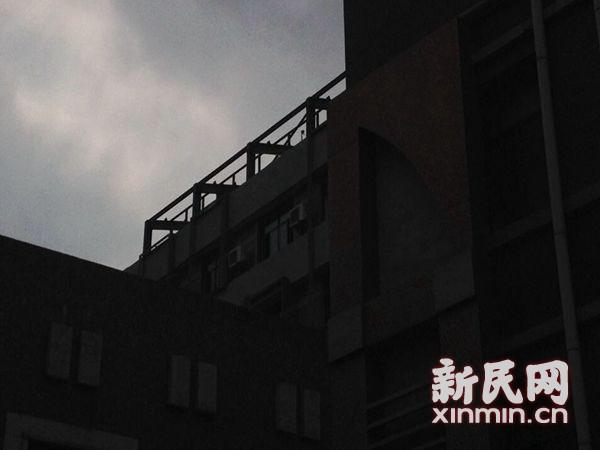 网友曝光:龙江路大楼顶部疑似违建斜顶大棚