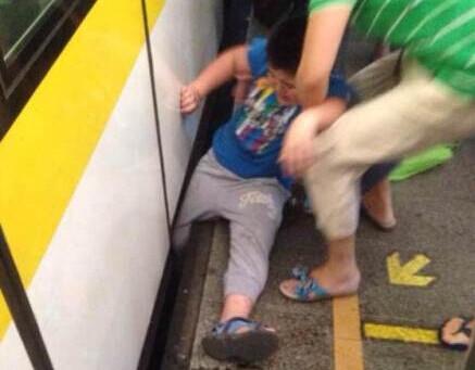 """3号线惊险一幕  """"熊孩子""""急于上车脚卡站台间隙"""
