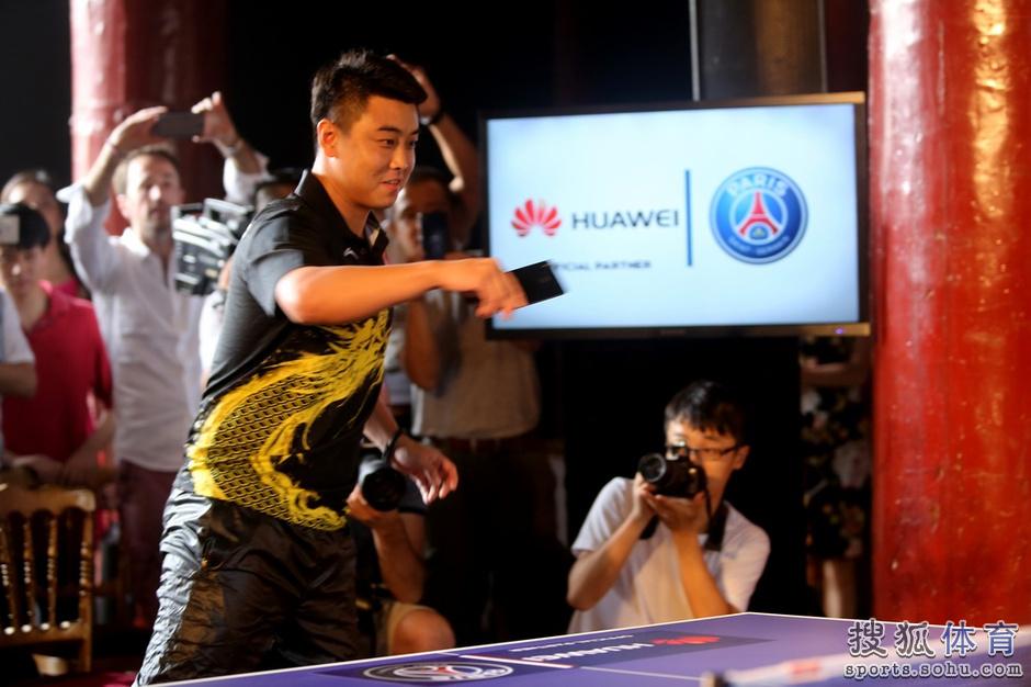 王皓拿篮球PK卡瓦尼乒乓球赠巴黎10号球衣怎么拍手机图片