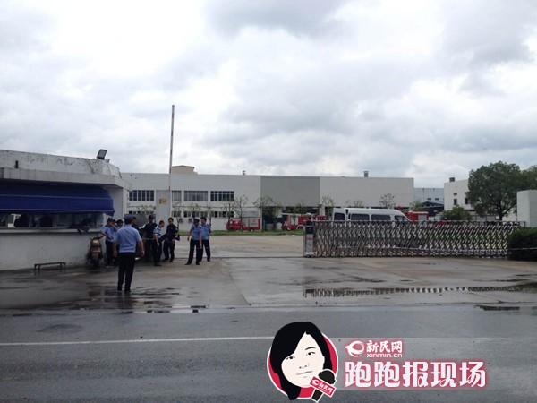 昆山爆炸厂房前众警把守 工人戴防毒面具清理现场