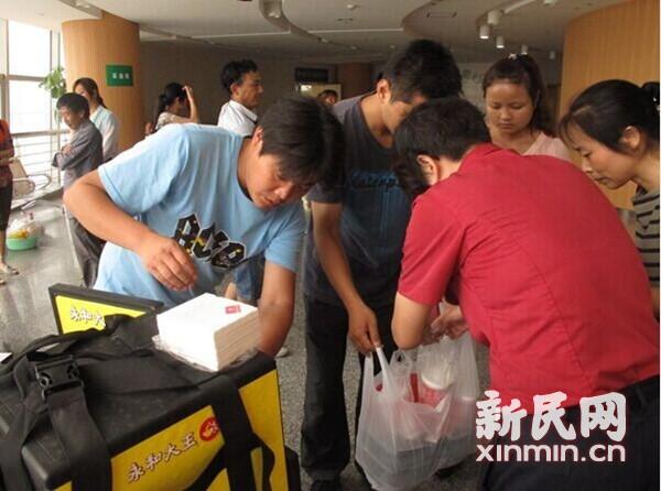 上海店家免费送饭 家属:吃饱才有力气等下去