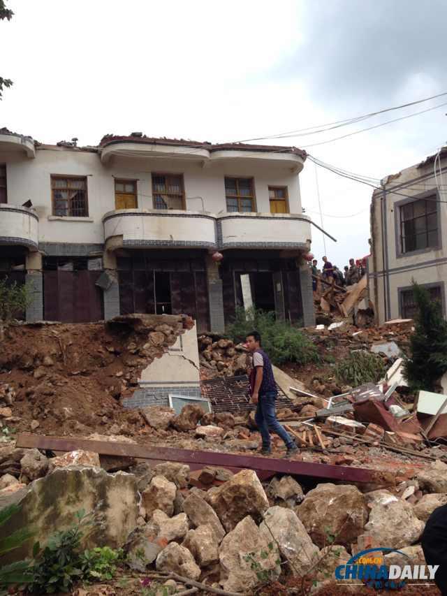 云南省鲁甸龙头山镇受灾 武警运送物资紧急救援图片
