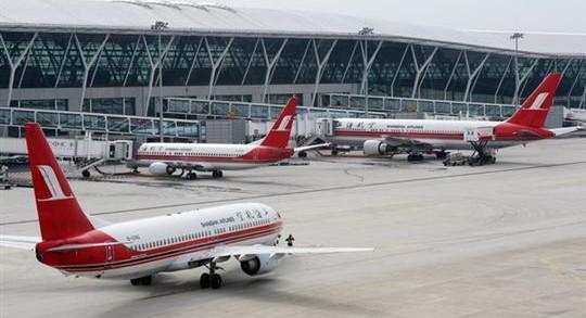 一男子干扰上航航班飞行被带走 疑似精神异常