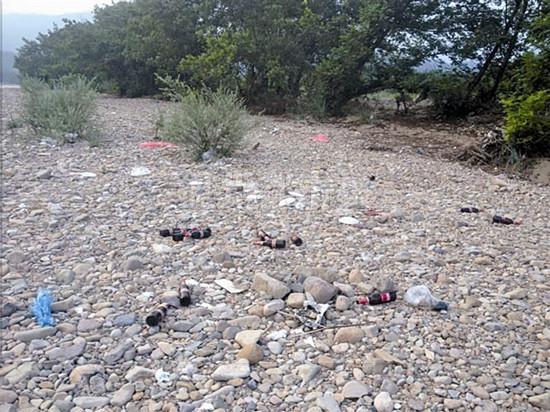 """景区烧烤留下满地垃圾 一堆玻璃碴 """"刺""""伤楠溪江图片"""